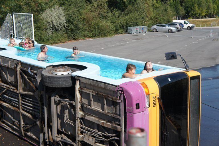 Η πισίνα λεωφορείο