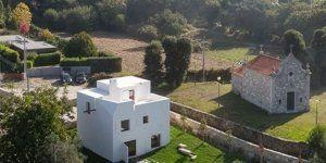 Το νεωτεριστικό στυλ του Adolf Loos αποδίδεται σε σπίτι σε αγροτική περιοχή της Πορτογαλίας με μικρή πισίνα