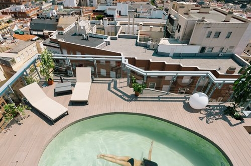 Ένα σαλέ με πισίνα στον ουρανό της Μαδρίτης