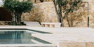 Μεγάλη εταιρία μεταμορφώνει τον κήπο ισπανικού μεσαιωνικού κάστρου στην Καταλονία με πισίνα