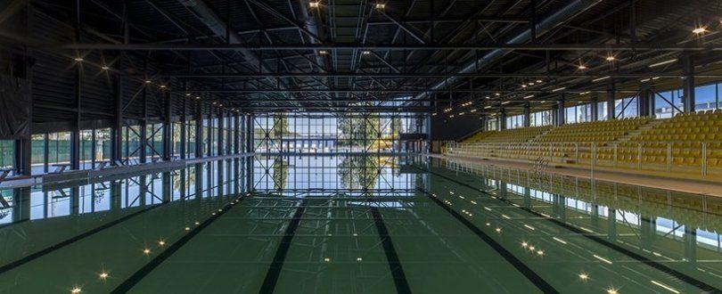 Τυλίγοντας το κίτρινο συγκρότημα κολύμβησης σε μαύρους ασύμμετρους όγκους