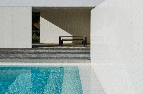 Σουηδική πισίνα και spa καλύπτονται από πλάκες παρκέ