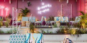 Club κολύμβησης σε στυλ ρετρό με γράμματα νέον, μοναδικός φωτισμός Πισίνας